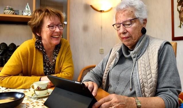 Links Ada Mudde van de Stichting Wijzelf en mevrouw Quist uit Doetinchem. (foto: Roel Kleinpenning)