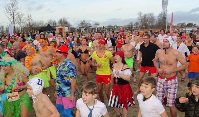 Tweehonderdzesentwintig waren het er, verreweg de meesten verkleed. Als party animals, kikkers of Hawaiaanse dansers gingen ze het water in. Foto: Max Wolters