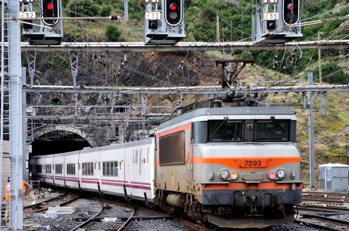 Een Intercité naar Port Bou in Spanje vertrekt uit het Franse grensstation Cerbère. De trein bestaat uit Spaans Talgo-materieel en wordt geduwd door een Franse locomotief.