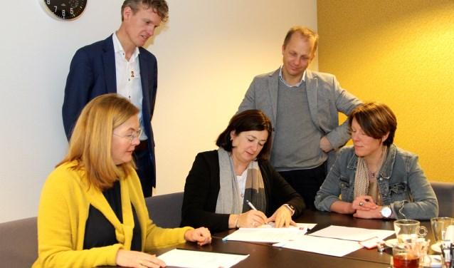 """,,We zijn blij met 't vertrouwen in ons. In de praktijk functioneert onze samenwerking uitstekend"""", zegt Bianka Mennema, lid van het Raad van Bestuur van het Bravis ziekenhuis tijdens de ondertekening."""