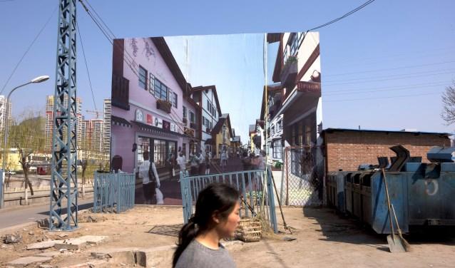Theo fotografeert mensen in de openbare ruimte, overal ter wereld, van parken tot stedelijke omgevingen.