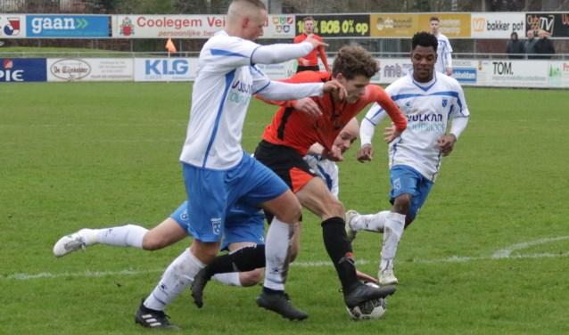 Bart Deprez wurmt zich langs twee Rijsoorders.