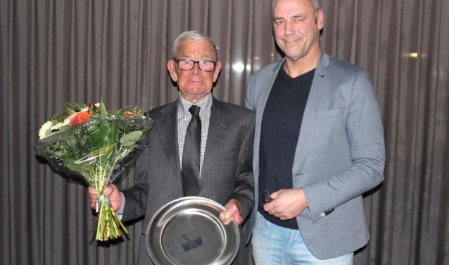 Henk Verweij en voorzitter Bernard van Raaij. (Foto Blauw-Wit)