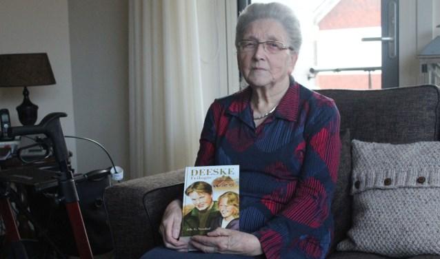 Joke Veenhof-Looyen vindt de 'Deeske'- trilogie nog steeds een van de mooiste boeken die haar man Joh. G. Veenhof geschreven heeft . (Foto: Henk Jansen))