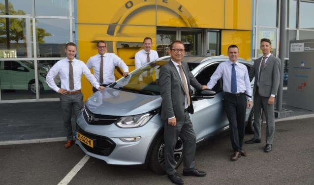 Het team van Van Mossel OPC Den Bosch aan de Afrikalaan 2 met vooraan vestigingsdirecteur Robbert-Jan Thepass.