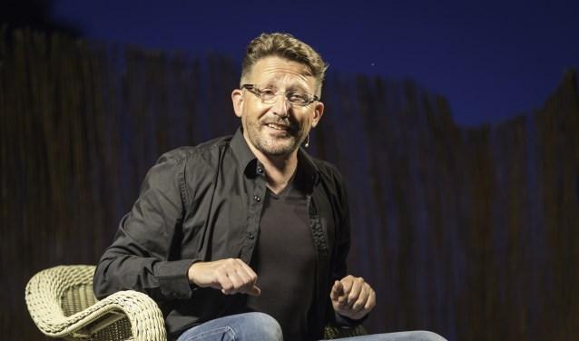Caberetier Tom Montfrooy uit Schoonhoven tijdens een voorstelling.