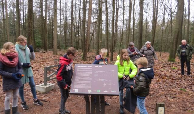 Kinderen onthullen het informatiebord bij het V1-monument.