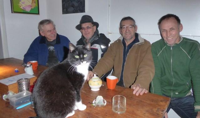 Bij Kreek heet bijna iedereen Jan, behalve Frans Klerkx (derde van links) en de huiskat. (foto en tekst: Marnix ten Brinke)