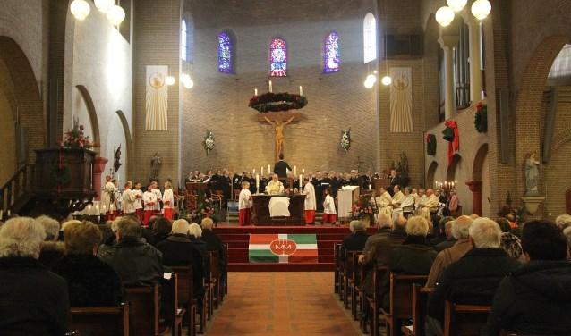 Enkele honderden parochianen woonden de eerste viering bij van de nieuwe parochie H. Maria Magdalena. Zaterdagavond was er een viering in Elst, een dag later in Huissen zoals hier te zien is (foto: Kirsten den Boef)