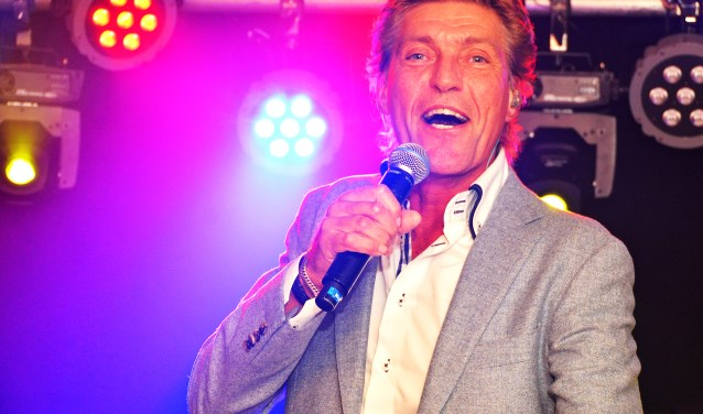 Zanger Kapalone trapt het nieuwe jaar traditioneel af met het lanceren van zijn nieuwe single in zaal Kloosterzicht in zijn woonplaats Gemonde