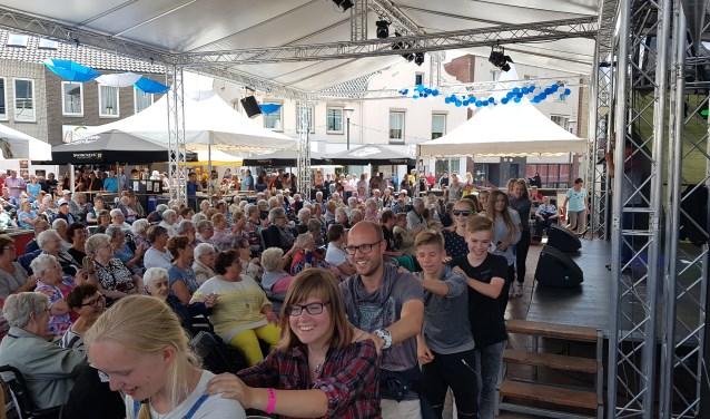 Jenaplanleerlingen in polonaise op ouderenmiddag bij kermis Boxmeer. (Foto: Metameer)