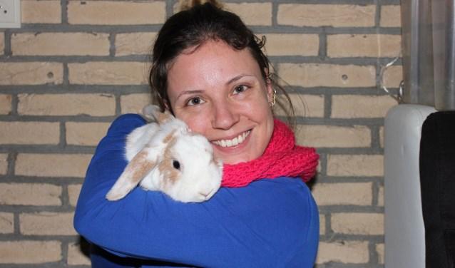 Miriam Hogenbirk met konijn Zoo Dioni. (Foto: Bert Hogenbirk)