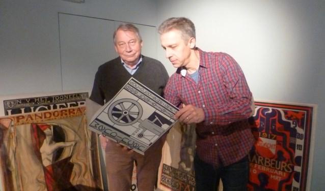 Onno Maurer (rechts) en Cees de Jong kijken in een nummer van Wendingen. (Foto: Museum Flehite)