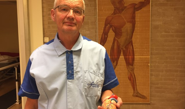 Wiegel met een hartmodel in de hand. Foto: Marie-Jet Eckebus