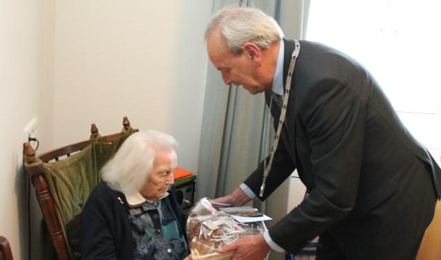Burgemeester Klitsie kwam de 100-jarige mevrouw Lukasse feliciteren. FOTO: Leon Janssens