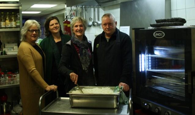 Kringloop Habbekrats schenkt € 3.000 aan inloophuis voor aanschaf van oven.