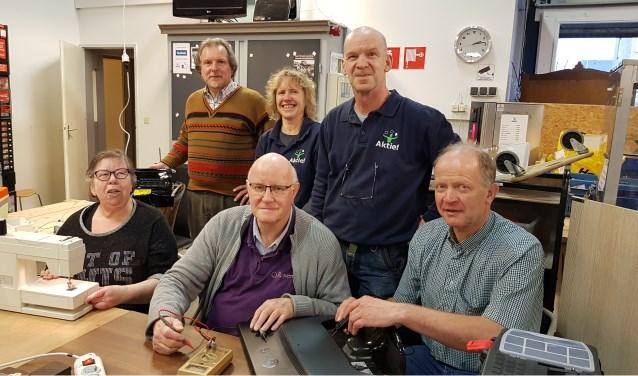 De vrijwilligers van het Repair Café. Staand v.l.n.r.: Jasper Zaalmink, Corinne Wisselink (unithoofd), Tjeerd Ens. Zittend: Truus Diekman, Henk Meerdink en Gerrit Zweerink. ''De meeste dingen kunnen we wel repareren.''