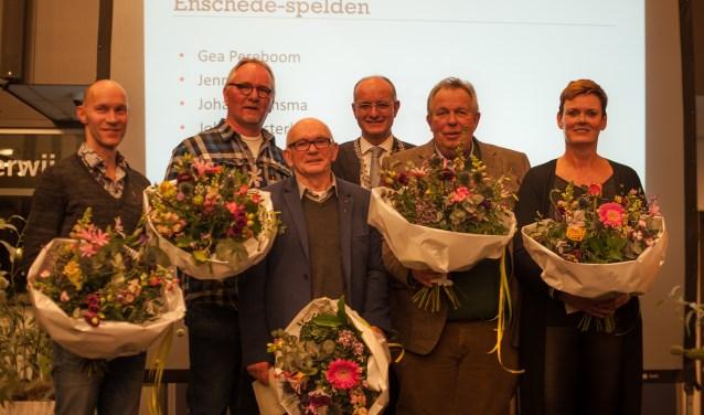 Van links naar rechts de heren Bruining, Oosterloo, Bruinsma en Smit en mevrouw Pereboom. In het midden burgemeester Van Veldhuizen. Foto: Bo ten Broeke / ROC van Twente