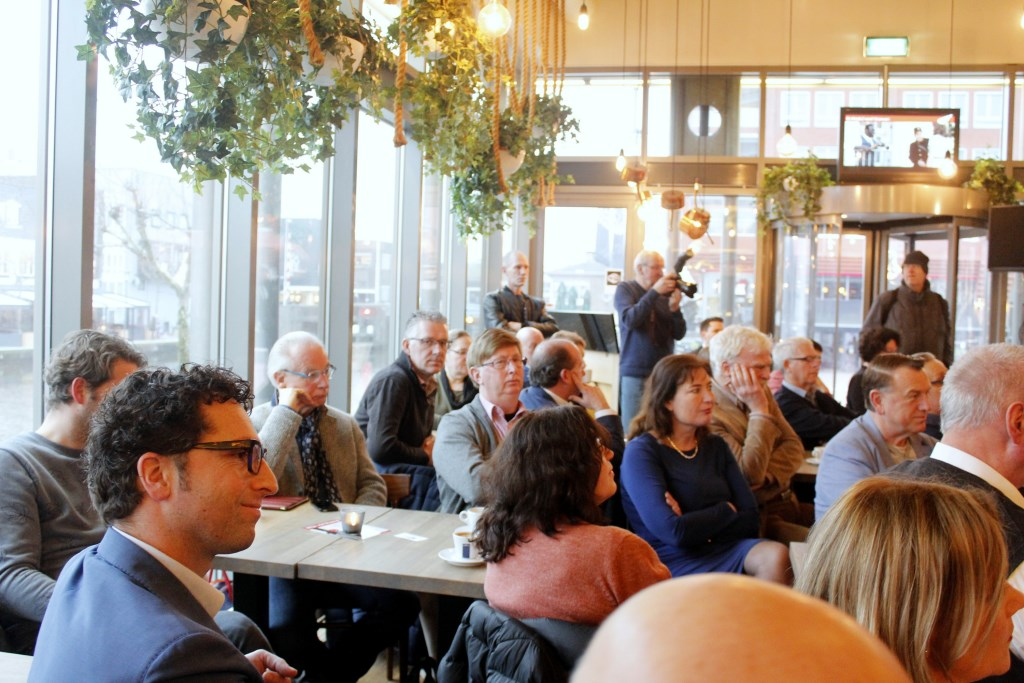 Café Alphens van theater Castellum was de plaats waar De Alphense Talkshow werd gehouden op 13 januari.  Foto: Karen langerak © Persgroep