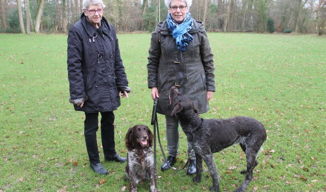 Elly Geessinck (links) en Ini Ansink met haar honden Indra en Jikke.