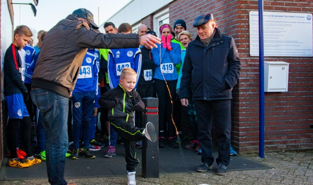 Dean Oesterholt schiet het jubileumjaar van 100 jaar SV Grol letterlijk open. Foto: Marcel Houwer