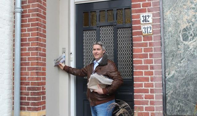 Mario van Gils bezorgt de Nieuwsbode iedere week met veel plezier. FOTO: Lydia van der Meer