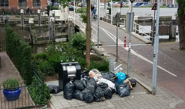 Het dumpen van afval is een grote ergernis. De gemeente treedt hiertegen hard op. Inmiddels hebben 100 Gouwenaars een boete gekregen. Foto: Goudse Post