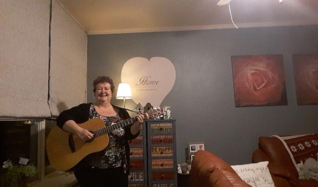 Quiet-member Leonie durfde de uitdaging om mee te doen aan een wedstrijd voor singer-songwriters wel aan.