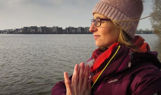 Wijkbewoonster Catherine Maloir heeft een geschikte plek voor yoga gevonden in wijkboerderij de Klooienberg. (foto: C. Mailor)