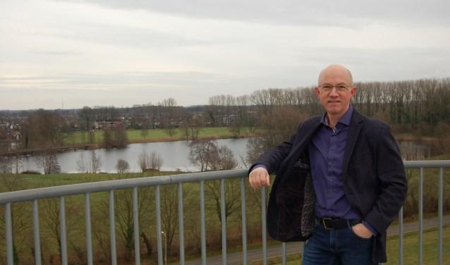 """Jan Evers bovenop de Weusthagtoren: """"Vanaf hier heb je een prachtig uitzicht over Hengelo, de wijken ten noorden van de A1 met de kleigaten van Rientjes en het Weusthagpark."""" Foto: Gemeente Hengelo"""