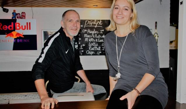 Tineke de Graaf en Erwin de Boer bij de bar in de jeugdsoos W4. FOTO: Astrid van Walsem