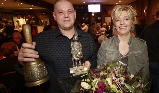 Een trotse Stefan Roijackers met vrouw Manuela toont de attributen die horen bij de jaarlijkse Koperteutenprijs. Foto: Jurgen van Hoof