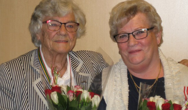 Mevrouw Trudy van Hattum van Rooijen en mevrouw Tally Kikkert werden allebei in het zonnetje gezet.