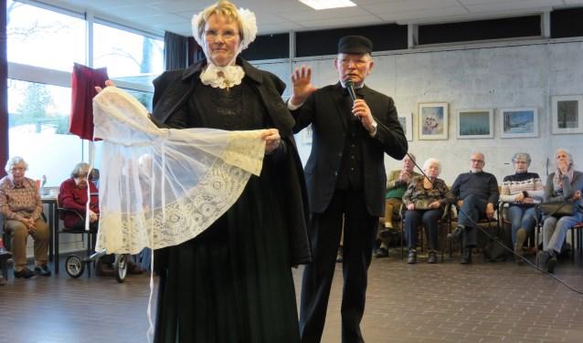Bij de Veluwse klederdracht laten ze het kant soms breed hangen (foto Doriet Willemen)