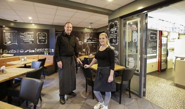 Peter Klumpkens en zijn opvolger Marieke Smulders in cafetaria 't Klumpke. Foto: Jurgen van Hoof