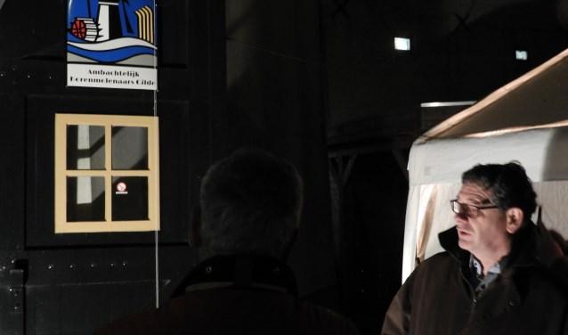 Korenmolen De Eendracht in Alphen is toegelaten tot het Ambachtelijk Korenmolenaars Gilde. Wethouder Kees van Velzen gaf acte de présence om het officiële AKG-schild in de molen te onthullen. FOTO: Hans Willering
