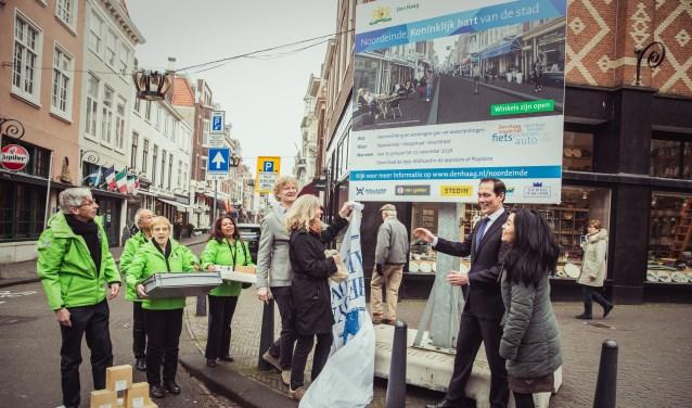 Wethouder Boudewijn Revis en Coen van den Oever, voorzitter BIZ Noordeinde, onthullen de metamorfose van het Noordeinde. (Foto: Fleur Beemster)