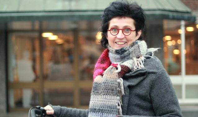 Ingrid Slaa voor het gemeentehuis.