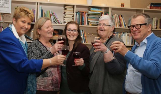 Marianne Heidema, Jet Weigand, Lisa Hofman, Nank Sein en Hein van Klooster heffen het glas op een voorspoedig nieuwjaar. Foto: Grietje-Akke de Haas