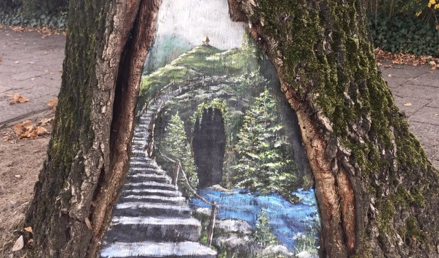 Waarom schilderen op doek of papier? Een beschadigde boom is een prima ondergrond en tevens wegwijzer naar Create Wise.