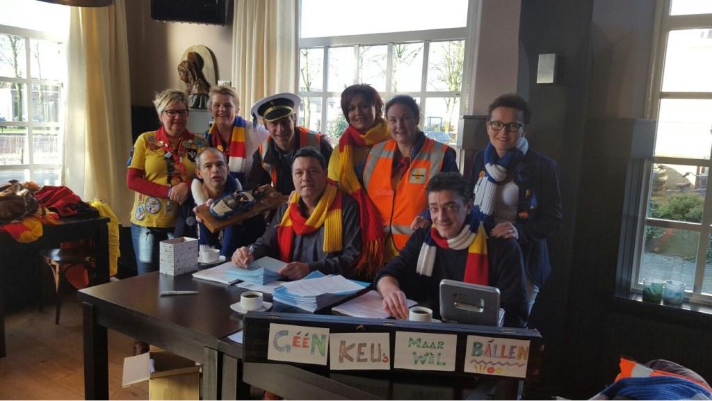 De commissie die onder de vlag van Dun Blaouwun Beer jaarlijks de Lochte Kwieppe Rit in elkaar zet, doet veel moeite om er een ludieke twist aan te geven  Foto: Wendy van Lijssel © Persgroep