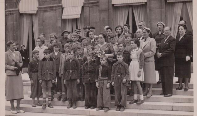 Schouwse kinderen bij Madame Coty op het Elysée. FOTO: privébezit Jopie van de Stolpe