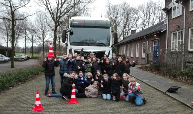 Zo dicht voor een vrachtwagen staan kan alleen voor een foto, niet bij het oversteken. Die wijsheid heeft nu ook groep 8 van basisschool De Wieken, dankzij het leerproject Veilig op Weg.