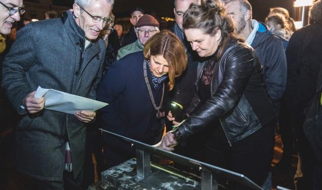 De onthulling van het pijlermonument op het Bolwerk. Foto: De Burgemeesters.Foto's van het evenement zijn te bekijken op de Facebookpagina van Spoorzone Delft.