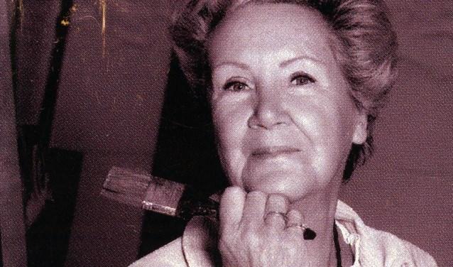 Irene Hissink uit Rhenen toont haar doeken in het gemeentehuis van Rhenen. (archieffoto)