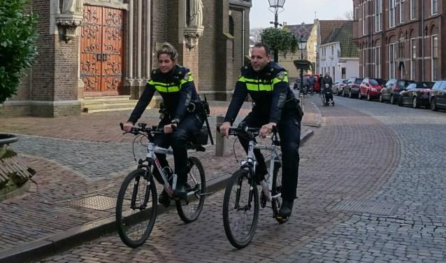 """De nieuwe wijkagenten van Oudewater Atie de Waard en Michel Chedi willen zichtbaar zijn, én aanspreekbaar.  """"Het is hier echt een andere wereld als je uit een grote stad komt."""" (Foto: Margreet Nagtegaal)"""