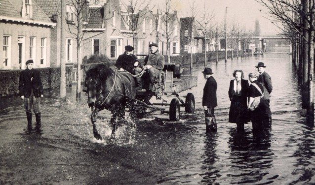 Watersnood 1953: de Stationsweg in Sliedrecht.