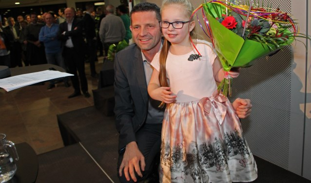 Angel Stein is dit jaar de jongste drager van een lintje. Zij wilde best samen met wethouder Kees Dijkman op de foto.