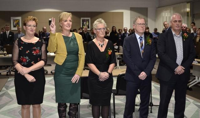 Drie dames en twee heren gaan als wethouders door het leven.  Wethouder Belinda Elfrink legt hier de eed af.   (foto: Ab Hendriks)