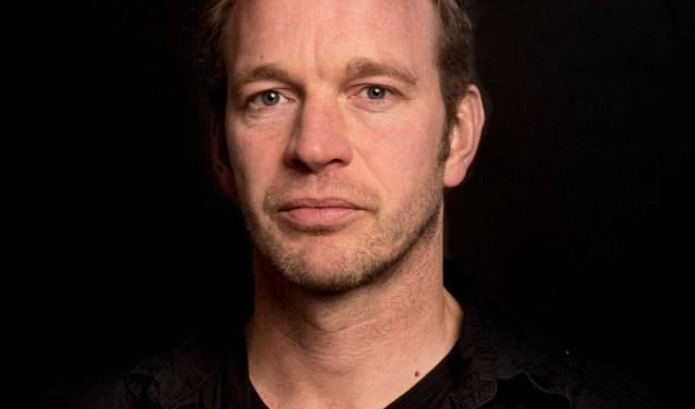 Jan van Mersbergen is geboren in Gorinchem, groeide op in Almkerk en woont nu in Amsterdam.